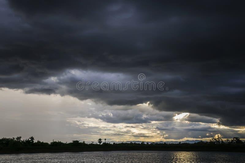 Ilumine no fundo escuro e dram?tico das nuvens de tempestade foto de stock royalty free