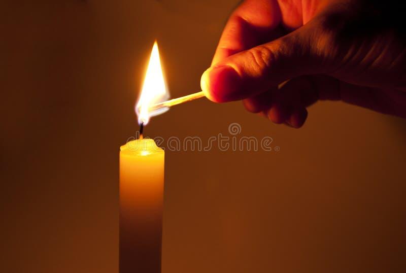 Ilumine uma vela fotografia de stock