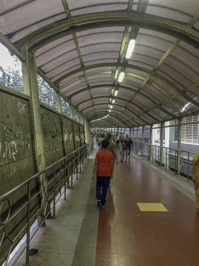 Iluminujący footbridge z pedestrians chodzi zdjęcia royalty free