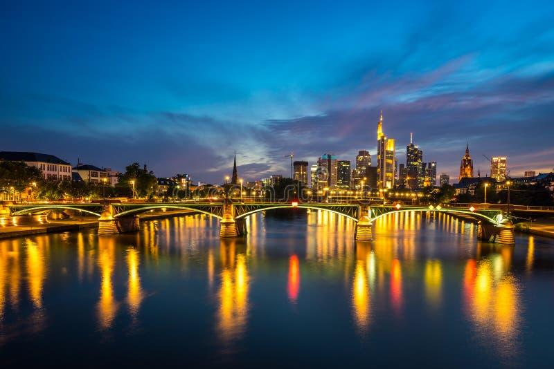 Iluminująca Frankfurt linia horyzontu przy nocą obraz royalty free