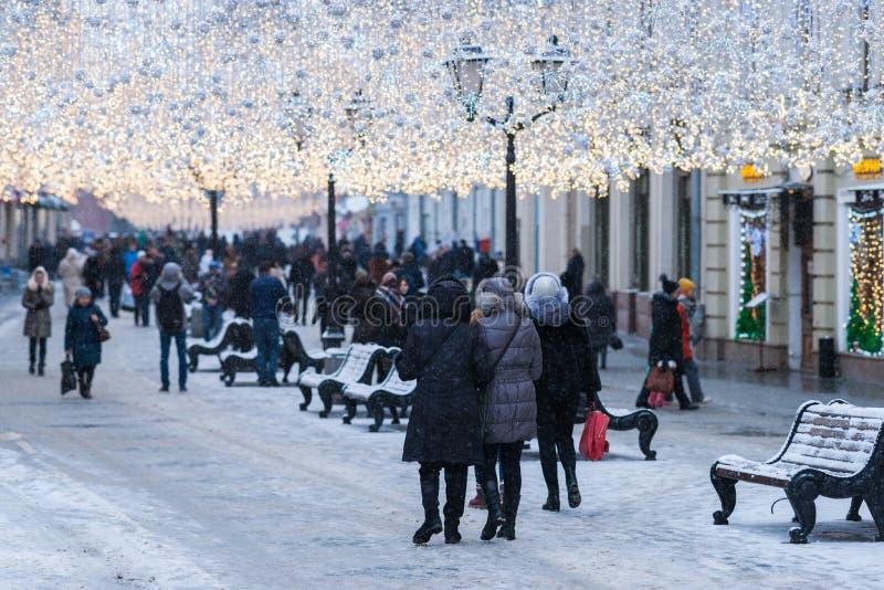 Iluminująca Moskwa Nikolskaya ulica w zimie zdjęcia royalty free