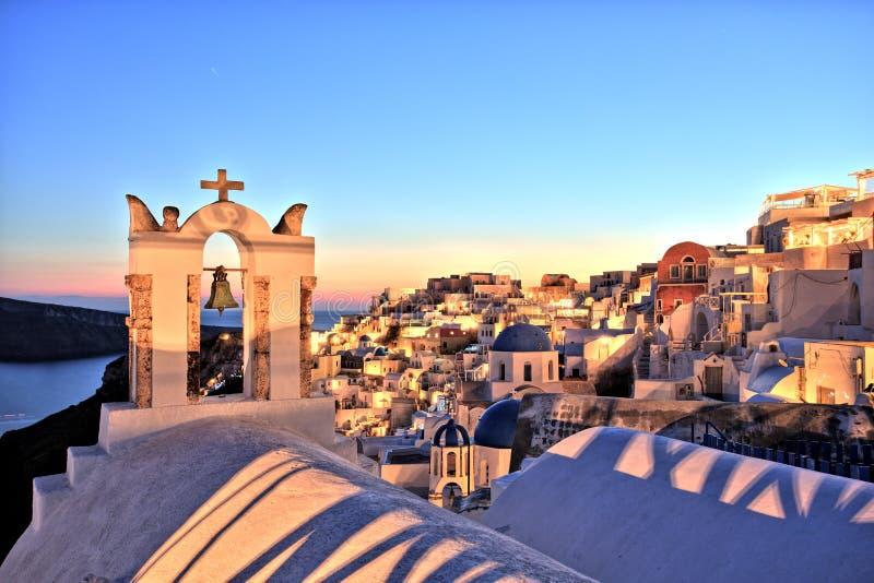 Iluminująca Oia wioska przy zmierzchem na Santorini wyspie fotografia royalty free