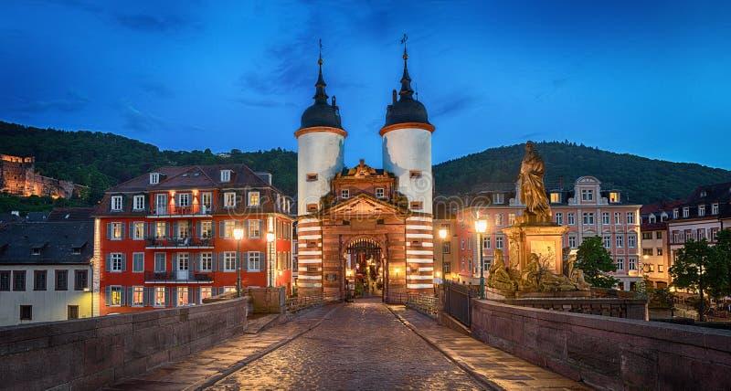 Iluminująca Stara Bridżowa brama w Heidelberg, Niemcy fotografia royalty free