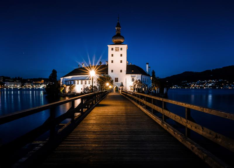 Iluminujący boardwalk Schloss Ort w Gmunden przy mroczną godziną obrazy royalty free
