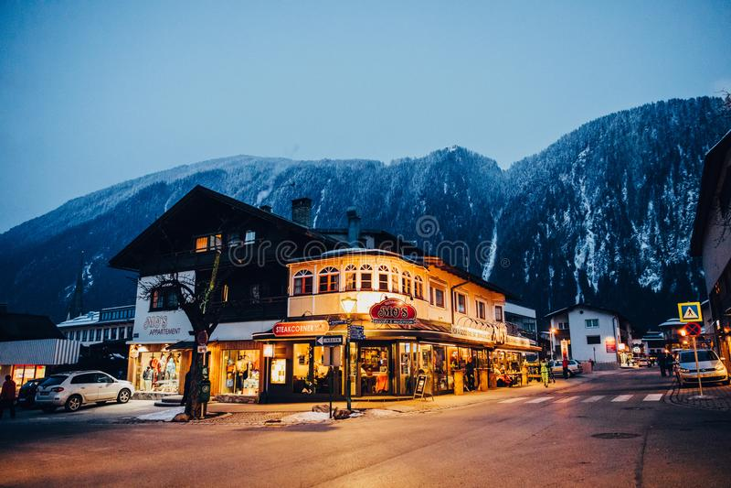 iluminujący budynki na ulicie wewnątrz mayrhofen ośrodek narciarskiego, Austria fotografia royalty free