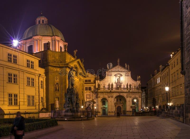 Iluminujący budynki w kapitale czech Starzy i nowi budynki zmieniają z początkiem wieczór obrazy royalty free