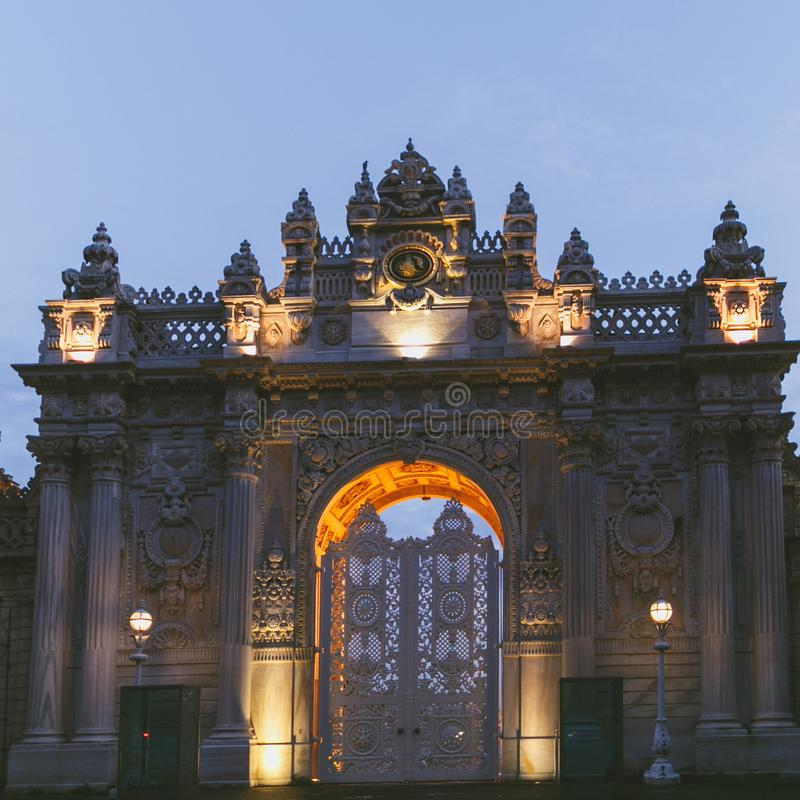 Iluminujący Dolmabahce pałac w wieczór fotografia royalty free