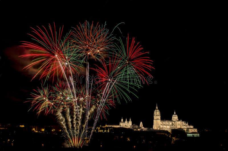 Iluminujący fajerwerki przeciw niebu przy nocą i pejzaż miejski zdjęcie royalty free