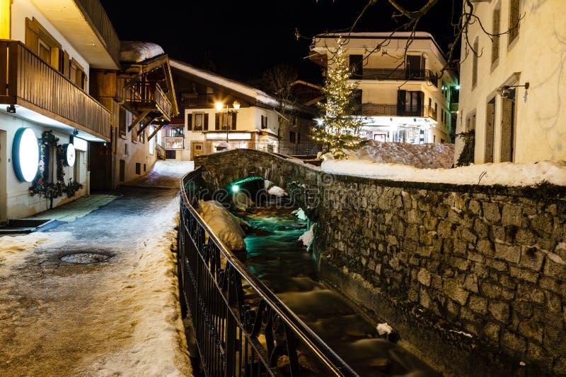 Iluminująca ulica Megeve w Francuskich Alps zdjęcie stock