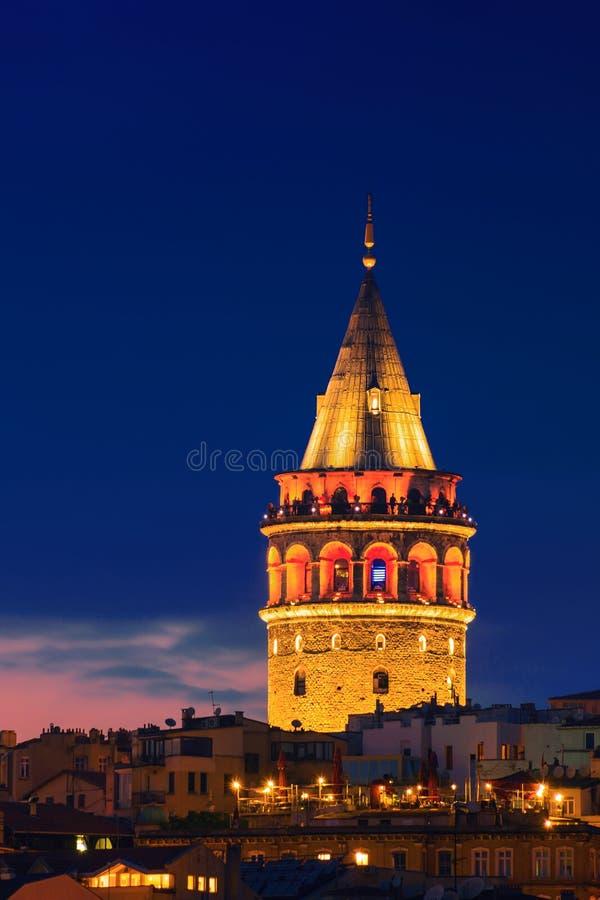 Iluminuj?cy Galata wierza w Istanbu?, Turcja z zmrokiem - niebieskie niebo obrazy stock