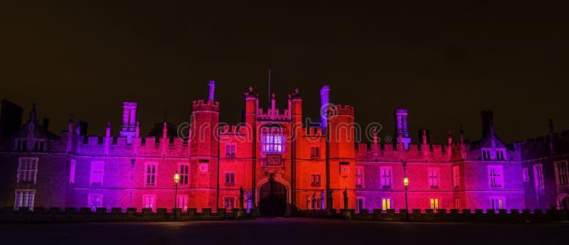 Iluminujący hampton court pałac nocą w hampton court, Londyn, Zjednoczone Królestwo fotografia stock