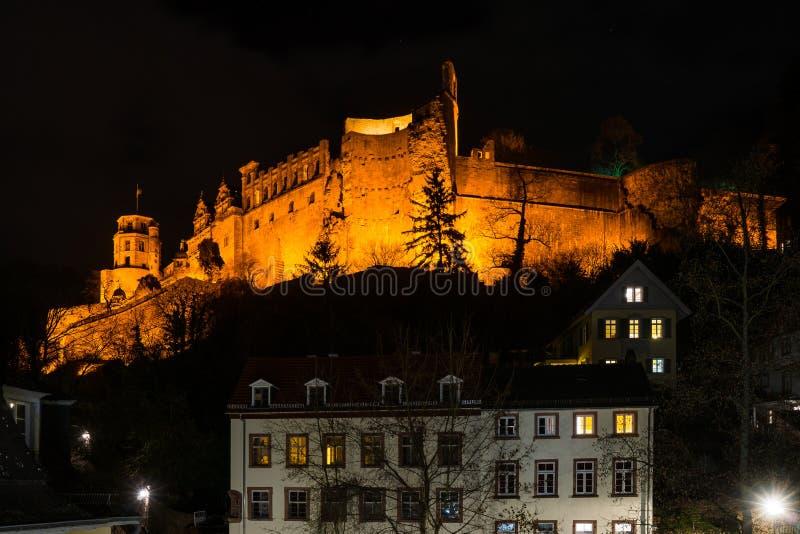 Iluminujący Heidelberg kasztel na szczycie przy nocą fotografia royalty free