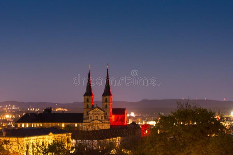 Iluminujący Kloster Michelsberg przy nocą zdjęcia stock