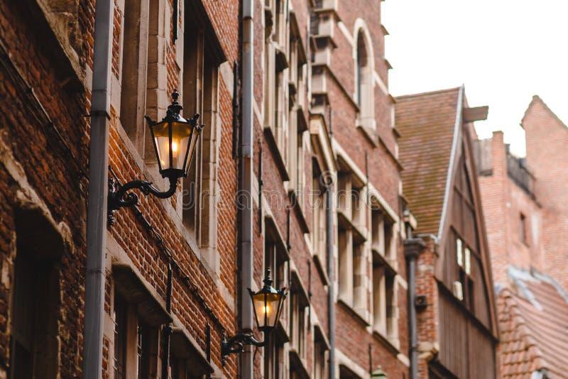 iluminujący lampiony na fasadzie dom w dziejowej ćwiartce zdjęcia royalty free