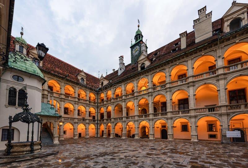 Iluminujący Landhaus podwórze z brązową fontanną przy zmierzchem austria Graz obrazy royalty free