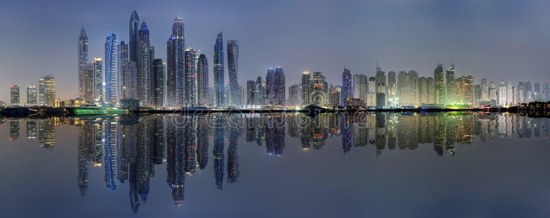 Iluminujący linia horyzontu Dubaj Marina, UAE, nocą zdjęcie royalty free