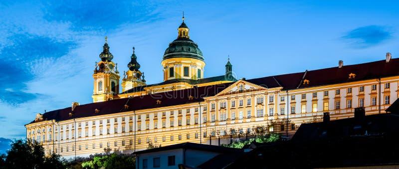 Iluminujący Melk opactwo, niemiec: Stift Melk w miasteczku Melk nocą, Wachau dolina, Austria obrazy stock