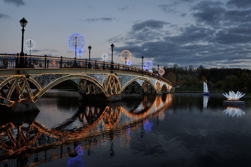 Iluminujący most, żaglówka & kwiat przy zmierzchem w Tsaritsyno, fotografia royalty free