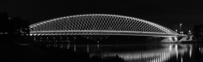 Iluminujący most nad rzeką obraz royalty free