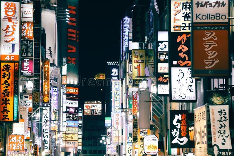 Iluminujący neonowi znaki przy Shinjuku Kabukicho rozrywki okręgiem przy nocą w Tokio i billboardy, Japonia zdjęcie royalty free