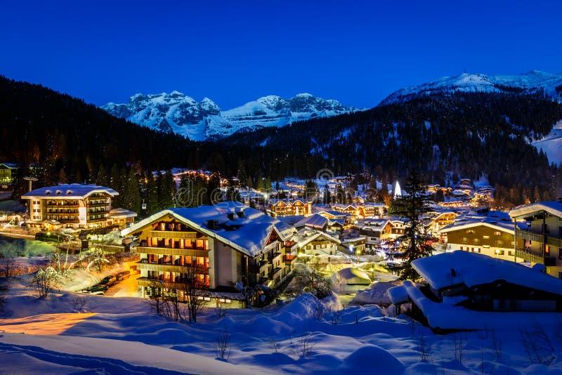 Iluminujący ośrodek narciarski Madonna Di Campiglio w ranku zdjęcie stock