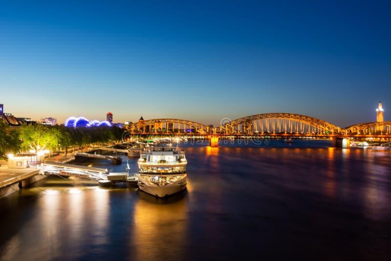 Iluminujący pasażerscy statki przy rzecznym Rhine w Kolonia fotografia stock