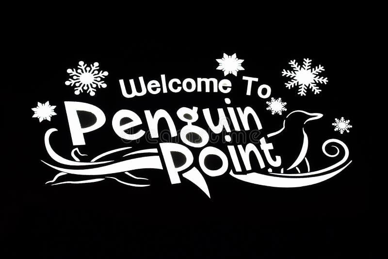 Iluminujący powitanie pingwinu punktu znak na czarnym tle przy Busch ogródami obraz royalty free