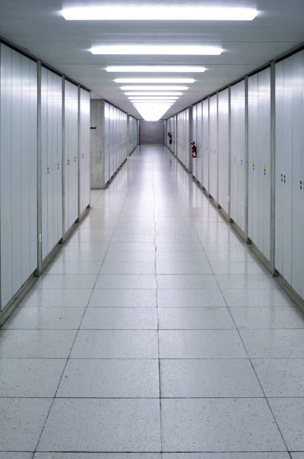 Iluminujący pusty korytarza korytarz jaskrawy zdjęcie stock