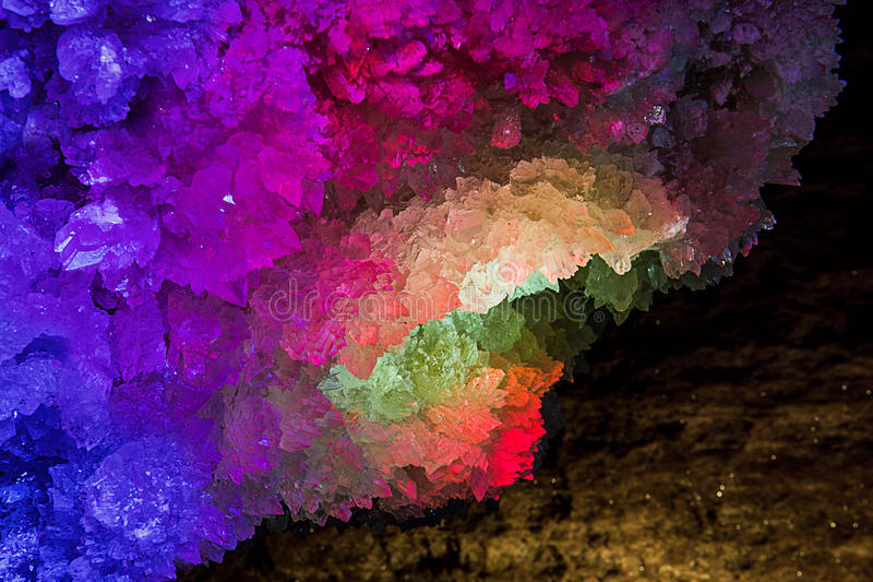 Iluminujący rockowy kryształ Mlynky jama, Ukraina obraz stock