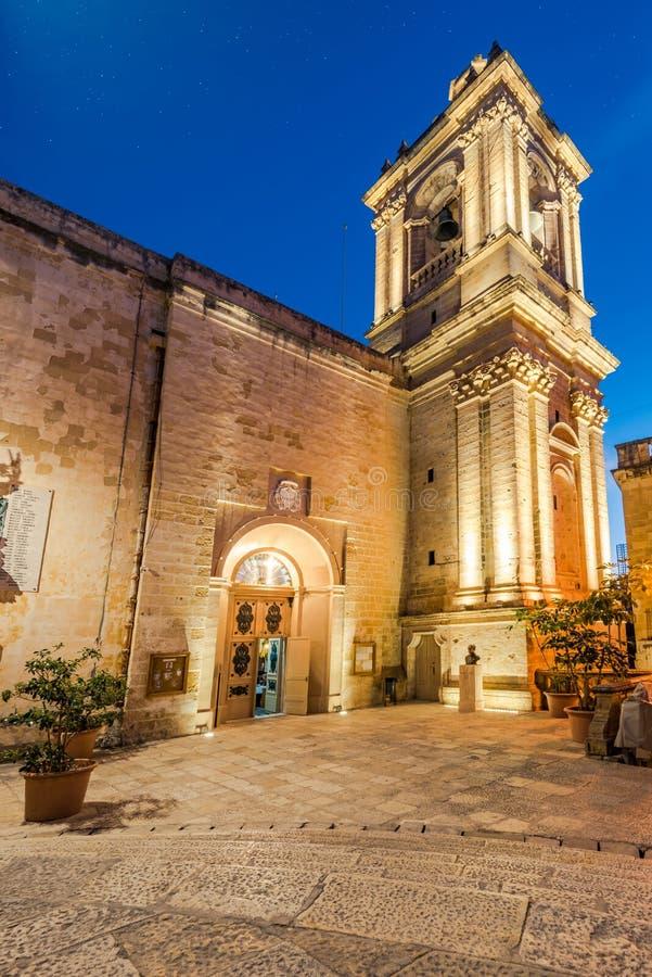 Iluminujący St Lawrence& x27; s kościół w Birgu, Malta obraz royalty free