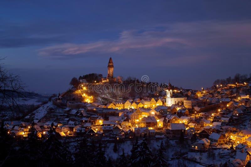Iluminujący stary miasteczko z kasztelem zdjęcie royalty free