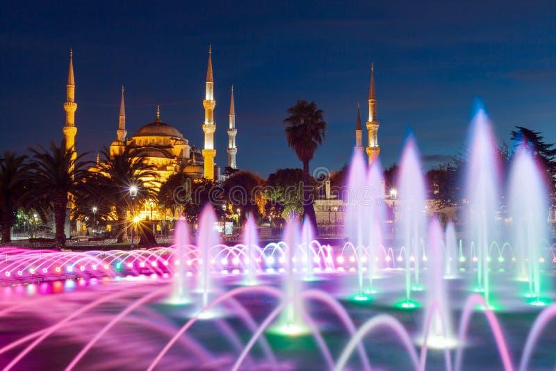 Iluminujący sułtanu Ahmed meczet & x28; Błękitny Mosque& x29; przed wschodem słońca, Istanbuł, Turcja obrazy royalty free