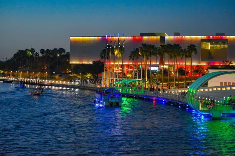 Iluminujący Tampa muzeum sztuki, Riverwalk i łodzie żegluje na Hillsborough rzece w centrum miasta, fotografia stock