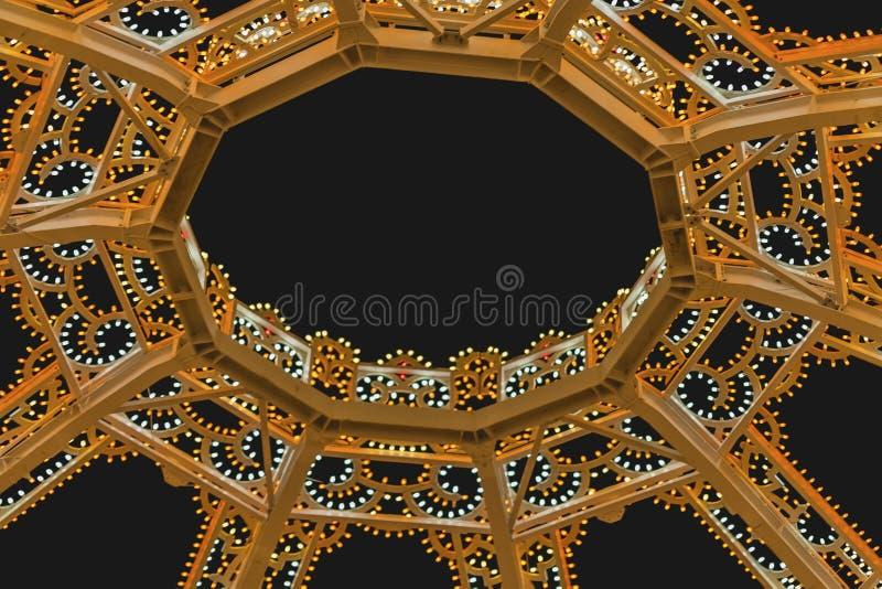 Iluminujący wokoło openwork dekoracyjnego łuku Nowożytny wewnętrzny projekt minimalna kopuła, geometryczna struktura kosmos kopii zdjęcia stock