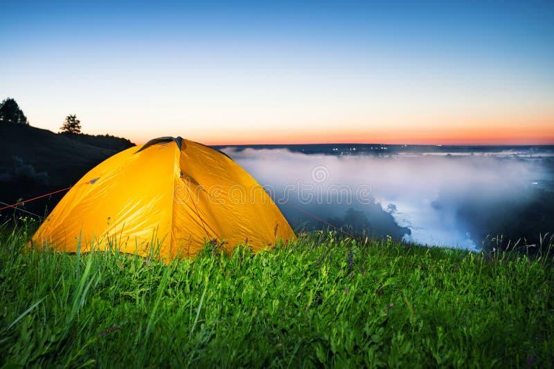 Iluminujący z wewnątrz pomarańczowego namiotu na hil obrazy royalty free