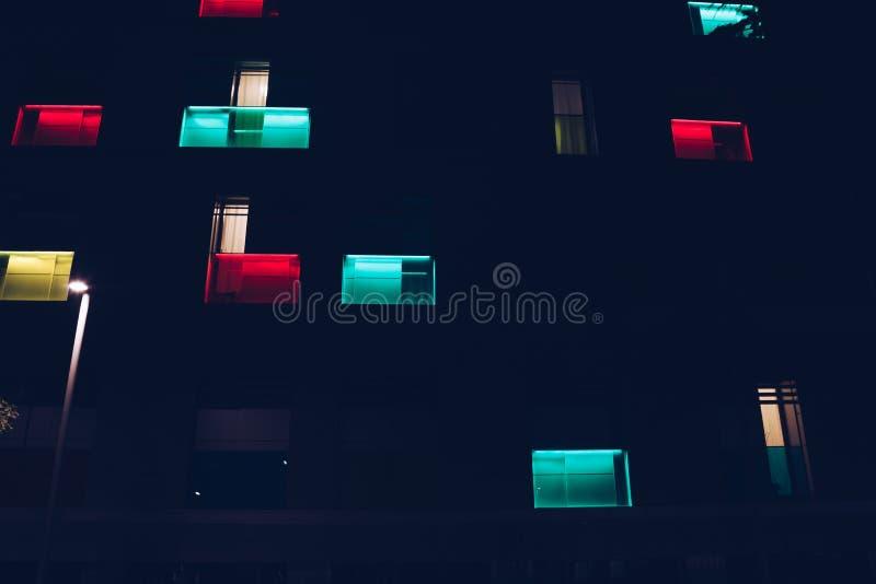Iluminuję barwił nowożytnego okno fasady - abstrakcjonistycznego i futurystycznego pojęcie obraz royalty free