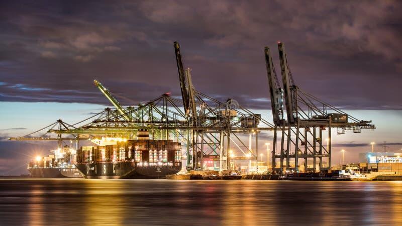 Iluminuję zbiornika śmiertelnie przy nocą, port Antwerp, Belgia obraz stock