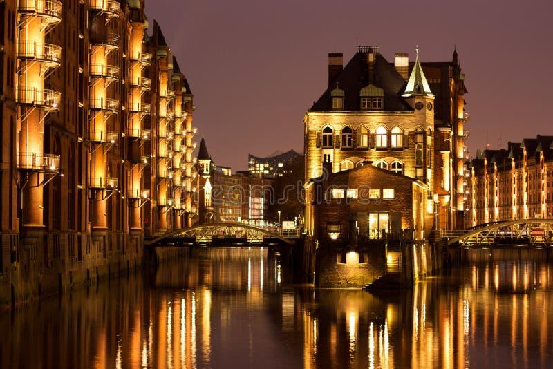 Iluminuj?cy wodny kasztel w Hamburgs starym magazynowym okr?gu fotografia stock