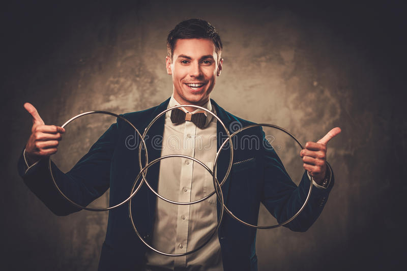 Ilusionista novo que executa truques em uma fase fotografia de stock royalty free