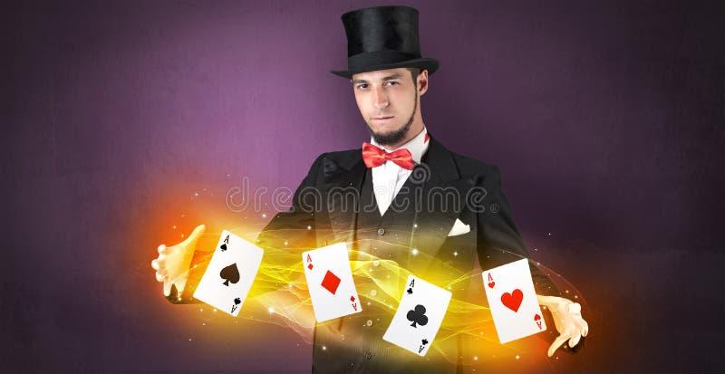 Ilusionista que faz o truque com os cartões mágicos do jogo imagem de stock royalty free