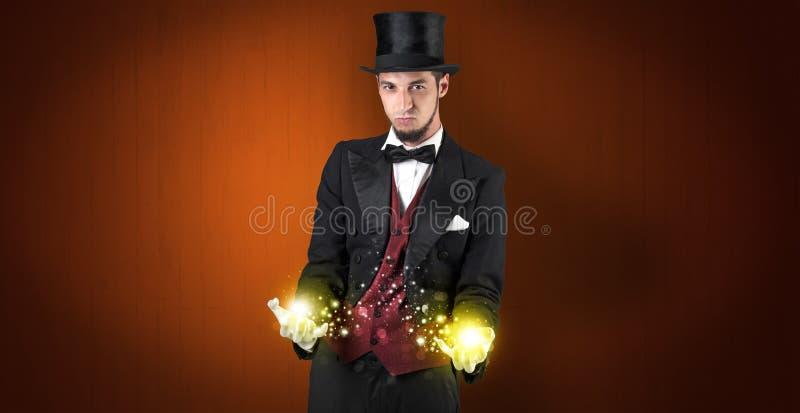 Ilusionista que guarda a superpotência em sua mão imagens de stock royalty free