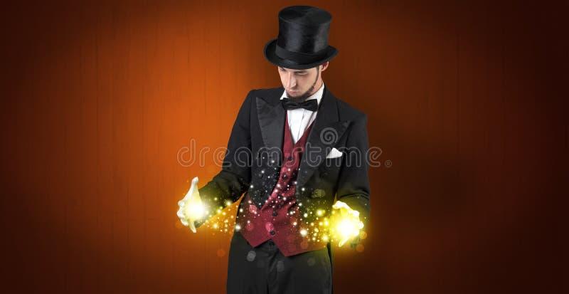 Ilusionista que guarda a superpotência em sua mão foto de stock royalty free
