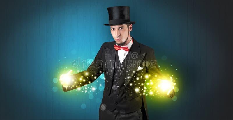 Ilusionista que guarda a superpotência em sua mão fotos de stock