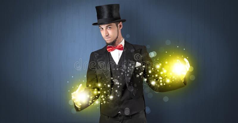 Ilusionista que guarda a superpotência em sua mão imagem de stock royalty free