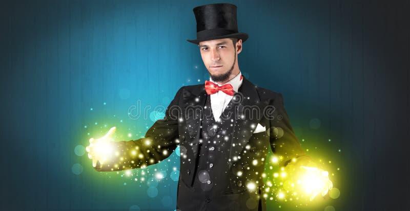 Ilusionista que guarda a superpotência em sua mão fotografia de stock royalty free