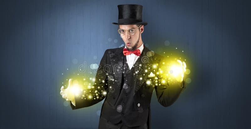 Ilusionista que guarda a superpot?ncia em sua m?o fotografia de stock royalty free