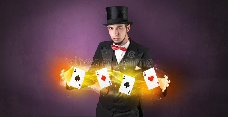 Ilusionista que hace truco con las tarjetas m?gicas del juego foto de archivo libre de regalías
