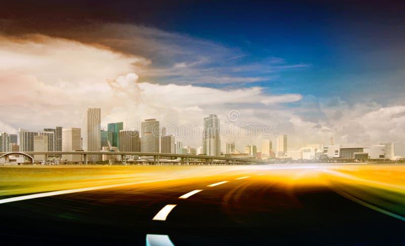 Ilustração abstrata da estrada urbana que vai ao th ilustração stock