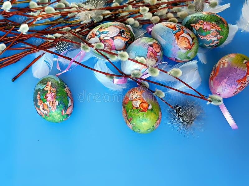 Ilustração amarela vermelha do projeto do feriado do tema da Páscoa da mola do fundo azul dos cumprimentos da ilustração do colo  imagem de stock