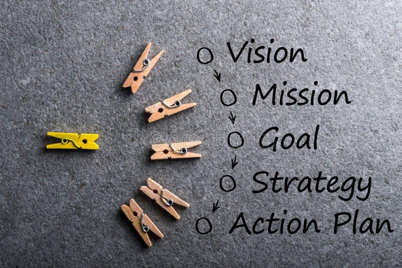 Ilustração da visão do conceito do negócio - missão - estratégia - plano de ação no fundo escuro com muitos pinos coloridos imagem de stock